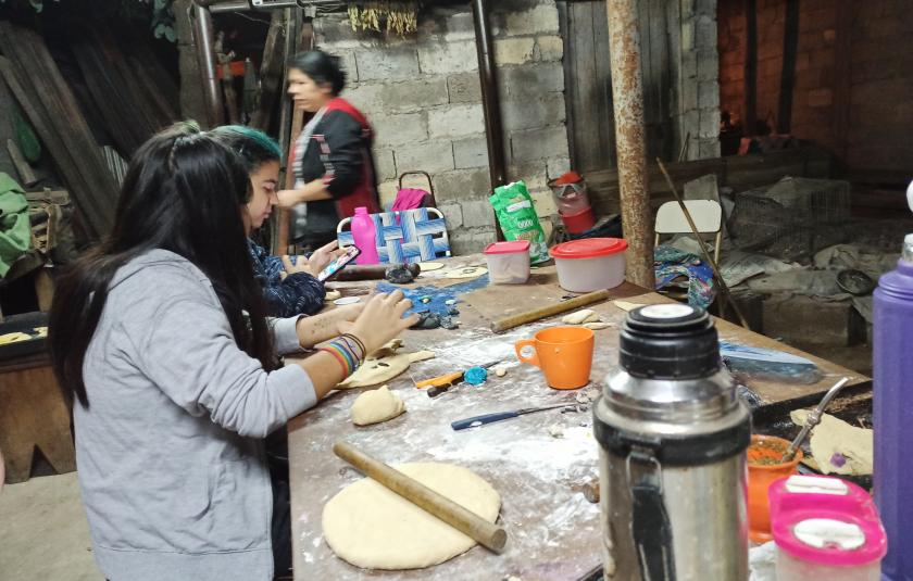 Photo: people together preparing the bread