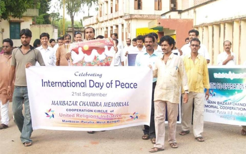 india photo outdoor holding a sign of peace